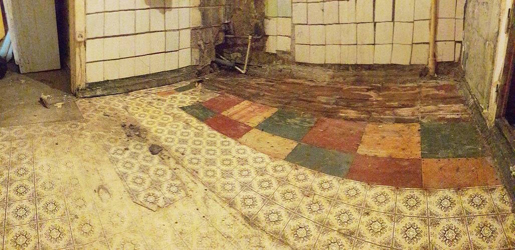Старые напольные покрытия на кухне