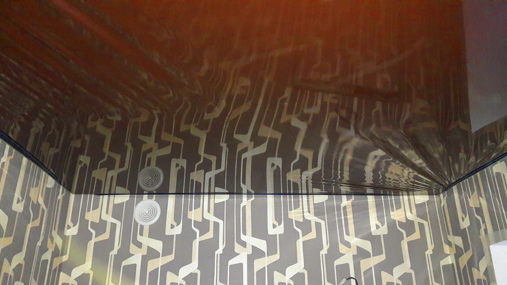 Монтаж глянцевого винилового полотна натяжного потолка в Волоколамске